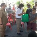 Foto : Camat Bubutan Eko Kurniawan bersama Budi Leksono,Sekertaris Komisi A DPRD Surabaya Saat Menyerahkan Bantuan ke Warga Kecamatan Bubutan, Senin(20/9/21)