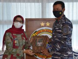 Batik Cakra Palah, Mak Rini Serahkan Produk Asli Blitar Kepada TNI AL Koarmada II