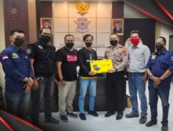 Peringatan HUT ke-1 KJJT, Kasatlantas Polrestabes Surabaya Serahkan Hadiah Pemenang Karya Tulis